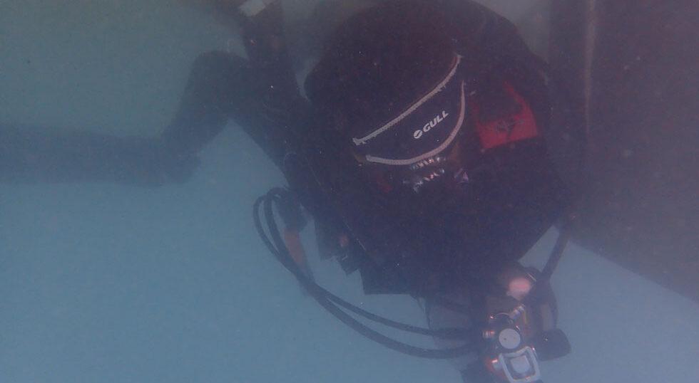 カラカラ先生ダイビング2人でゴシゴシ船底掃除